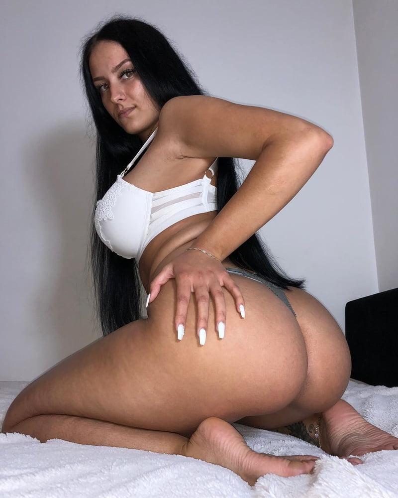 Morena gostosa mostrando sua raba grande