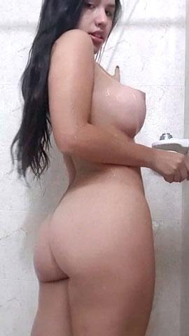 Peituda gostosa nua no banho