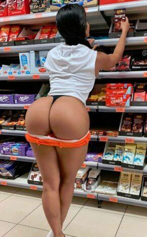 Gostosas exibidas nuas no supermercado