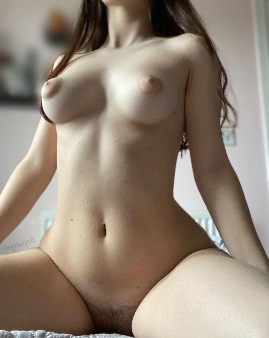 Beldade Nua Exibindo Corpo Natural (1)