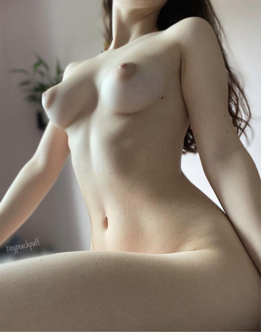 Beldade Nua Exibindo Corpo Natural (10)