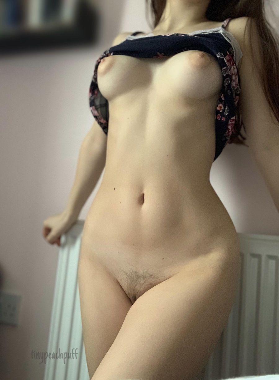 Beldade Nua Exibindo Corpo Natural (2)