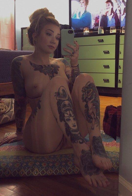 Loirinha Linda Tatuada Em Fotos Pelada (19)
